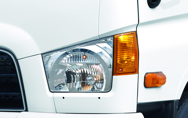 Cụm đèn pha và đèn xi nhan trên xe Hyundai 110SL
